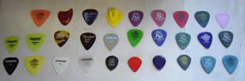 ギターピック ギター、ベースを弾きやすくする大事な小道具ギターピックについて解説します。小さいですが重要な機材です。